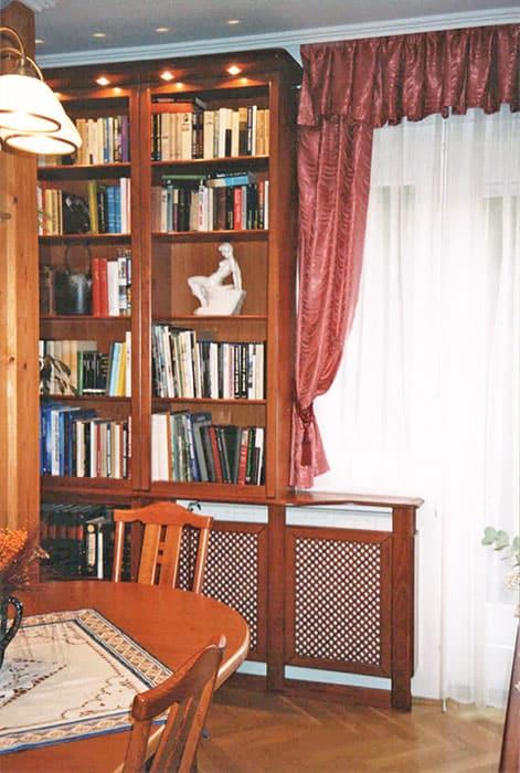 radiátorburkolat a könyvespolc aljába illesztve