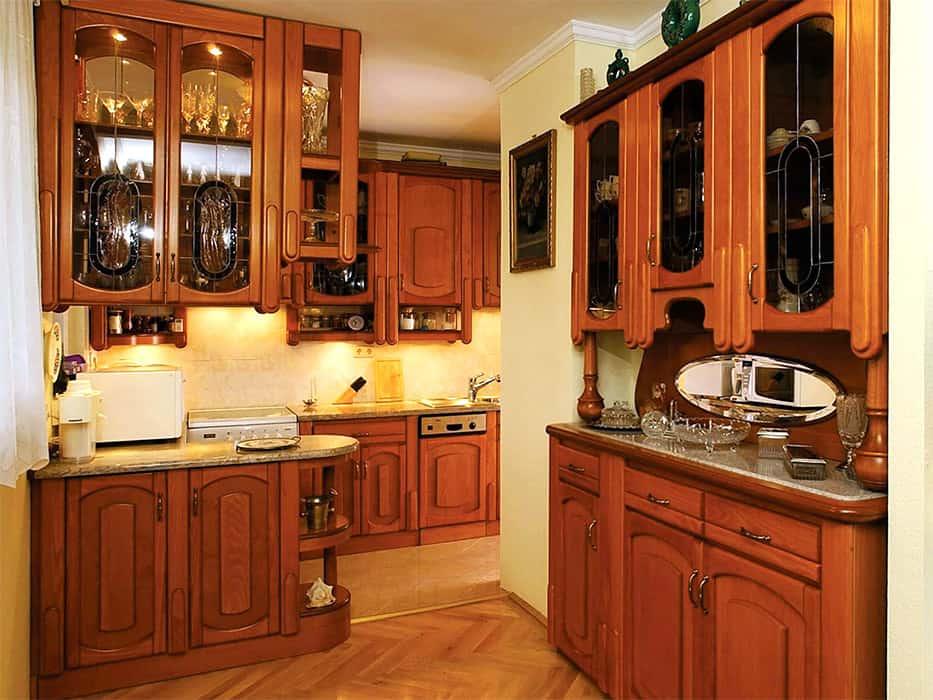 konyhabútor térelválasztó pulttal függesztett szekrénnyel