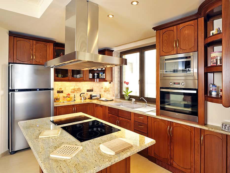 konyak színű konyhabútor konyhaszigettel