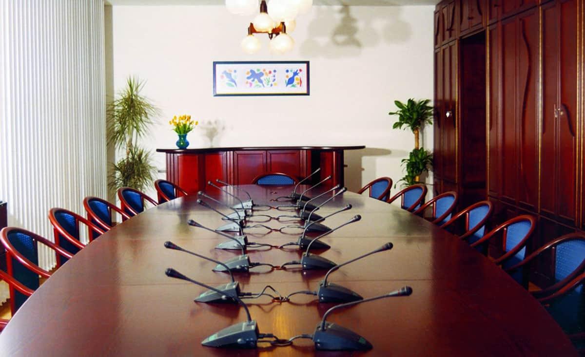 Nagy méretű elipszis alakú tárgyalóasztal nagysámú résztvevő részére