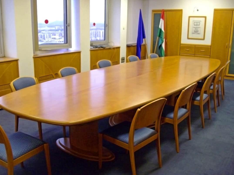 Nagy méretű ovális tárgyalóasztal