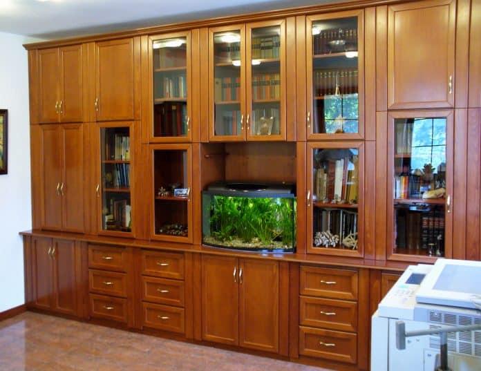 szekrénysor beépített akváriummal