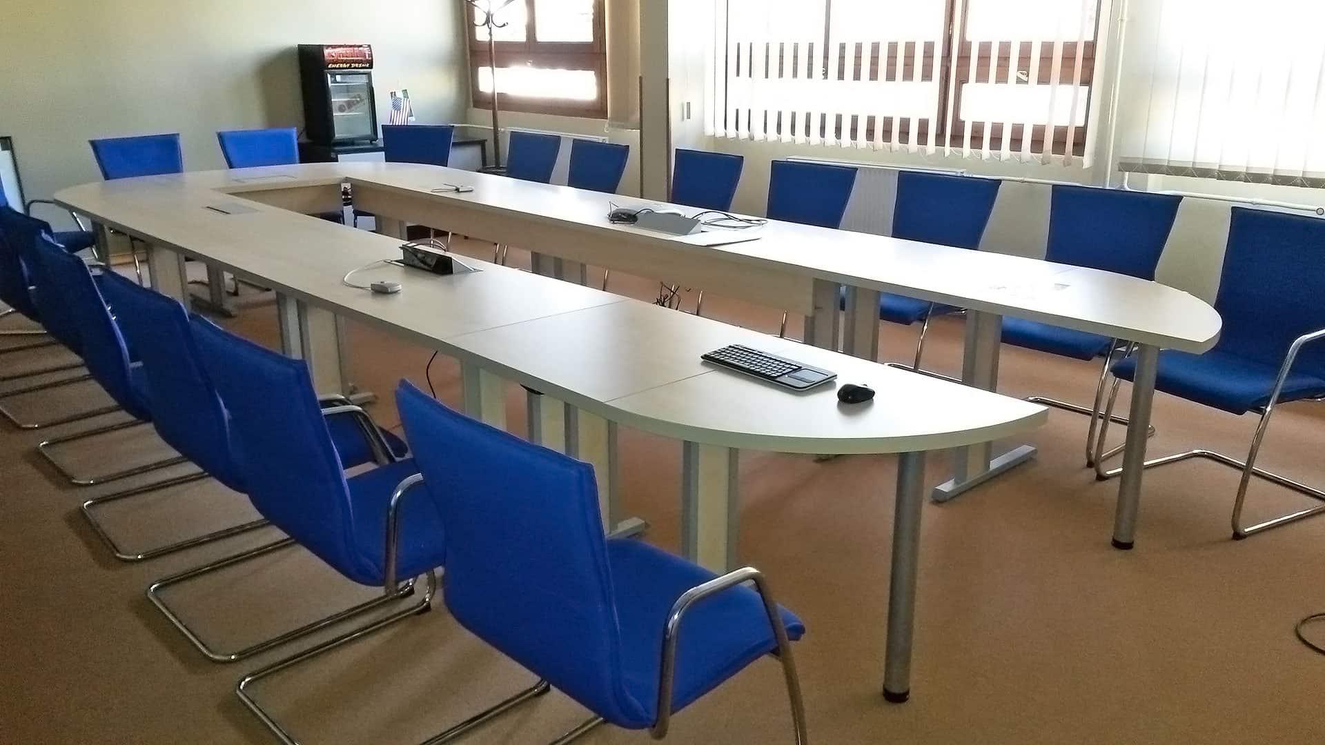 Fehér tárgyalóasztal fém lábakkal U alakban