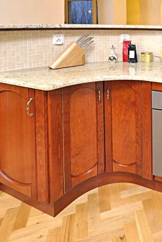 Íves konyhapult belső íves ajtókkal