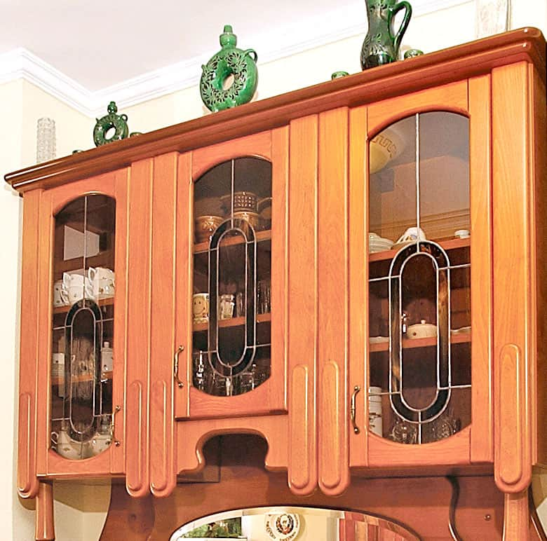 Kredenc ólomüveg ajtókkal