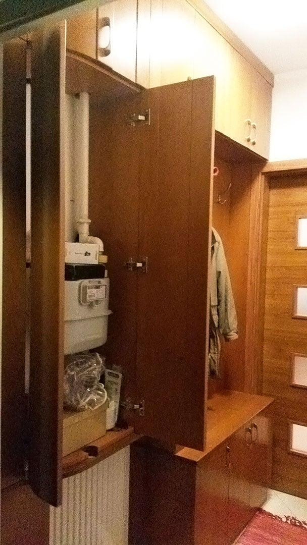 Előszobaszekrény nyitott ajtókkal, benne gázóra