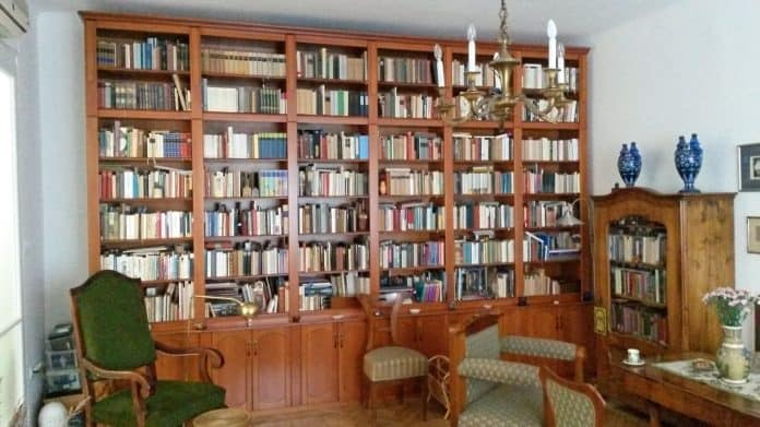 Könyvespolc fal