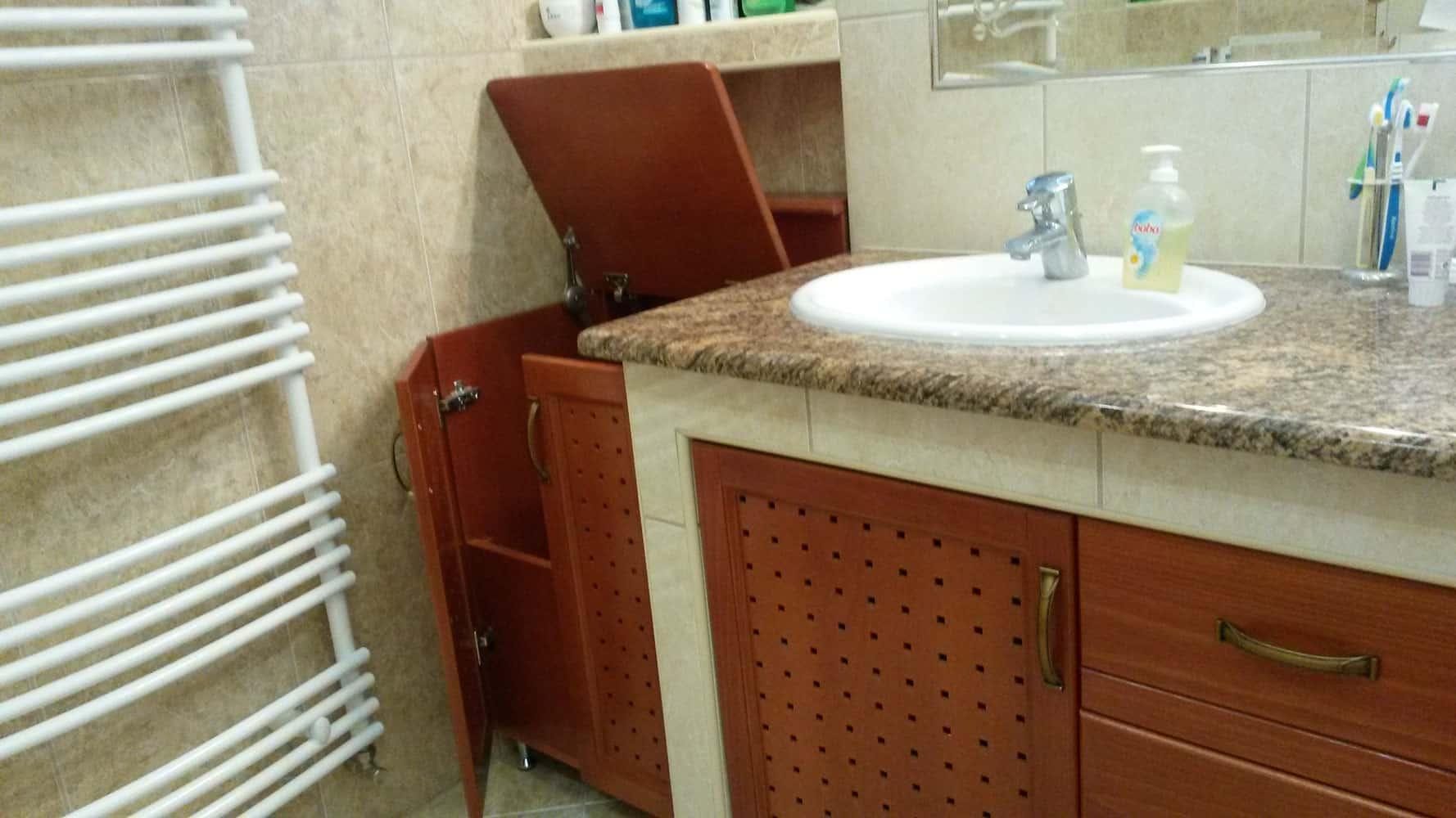 Szennyestartó mosdópulttal