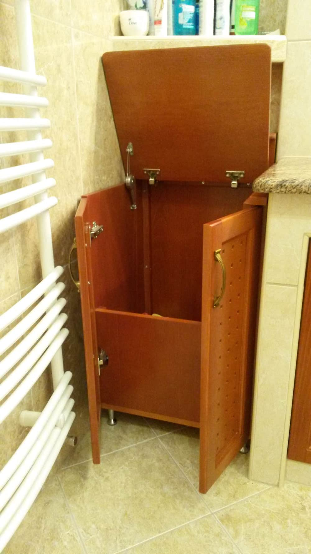 Szennyestartó szekrény nyitva
