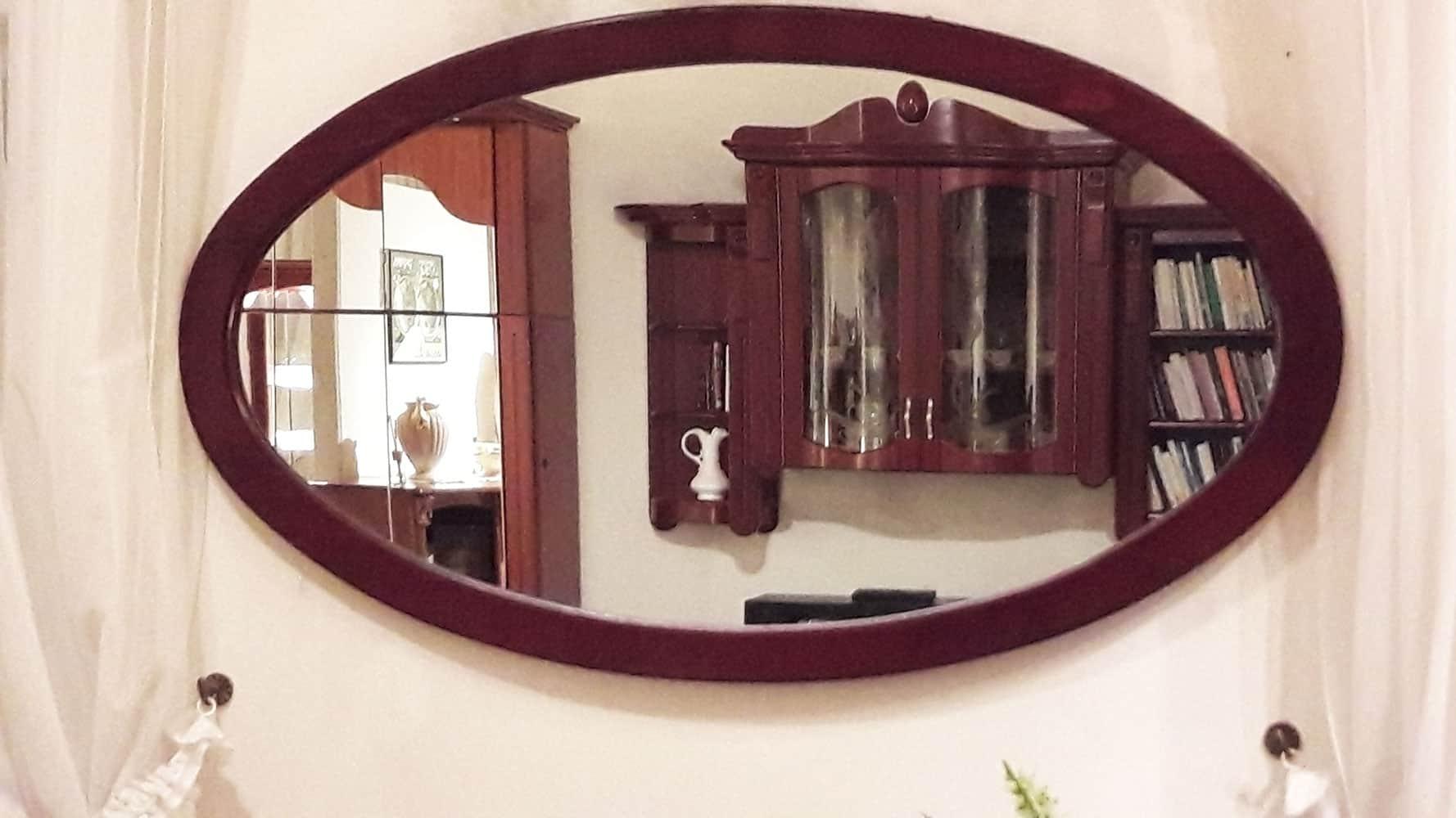 Fa keretes ovális tükör