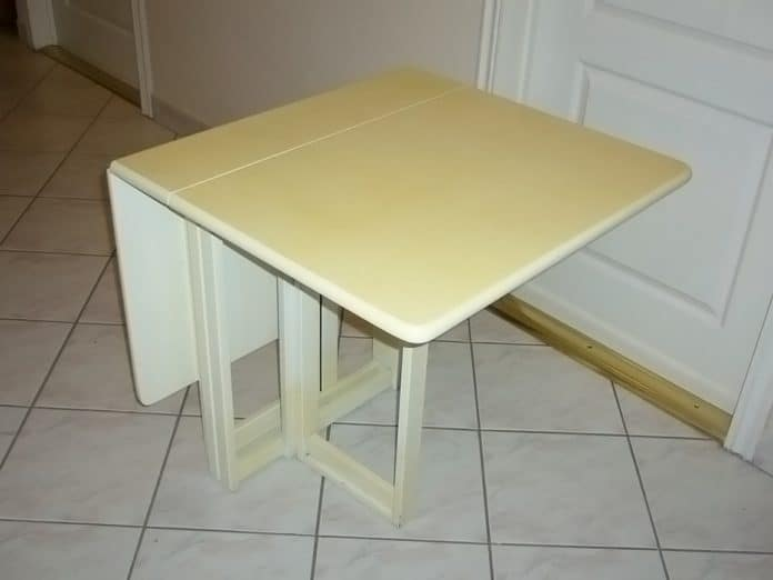 Étkezőasztal félig kinyitva