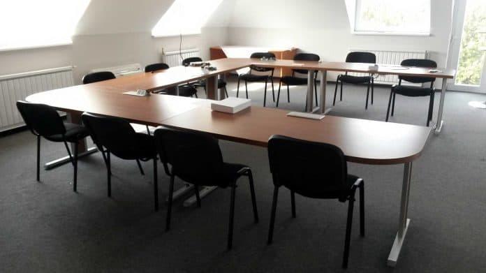 előadótermi tárgyalóasztal u-alakú