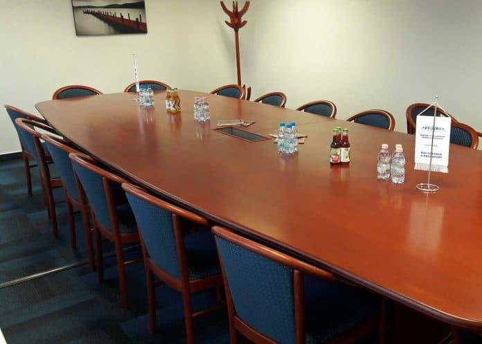 Ovális tárgyaasztal 16 fős
