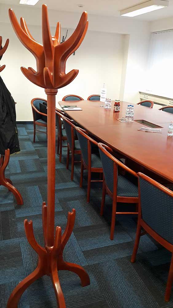 tárgyalóasztal tömörfa állófogassal