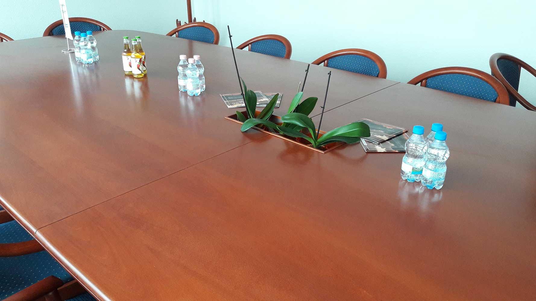 tárgyalóasztal virágtartóval