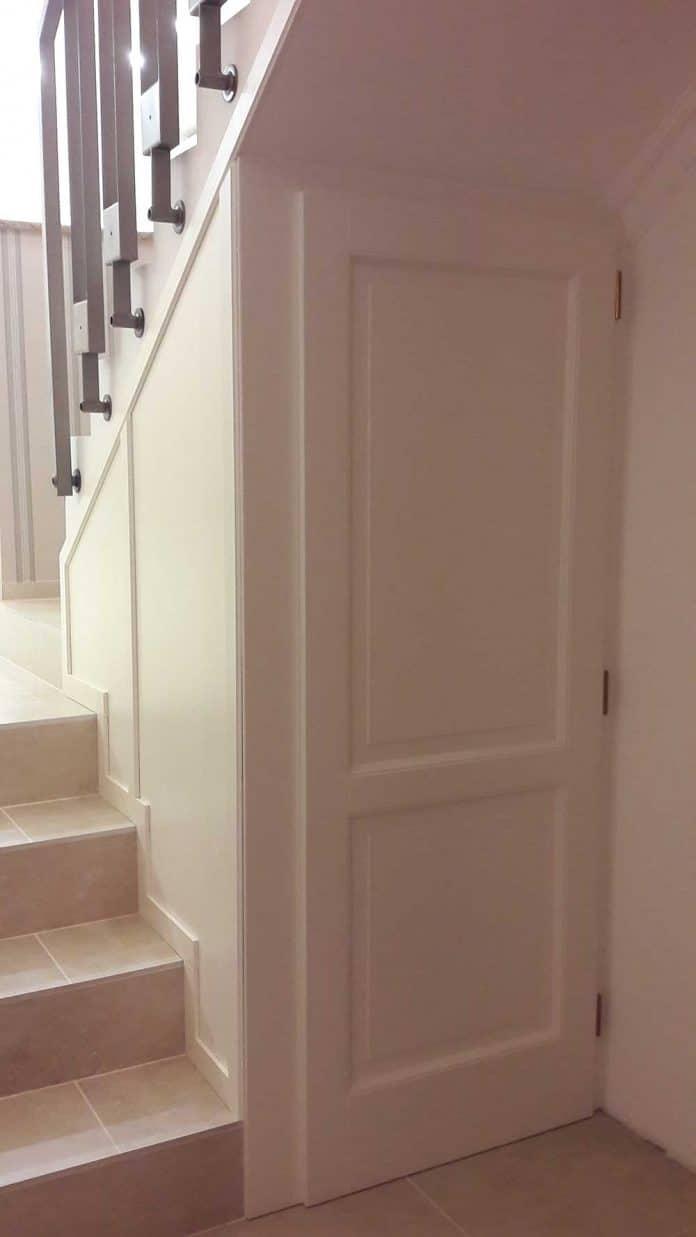 Fehér lépcsőbeépítés