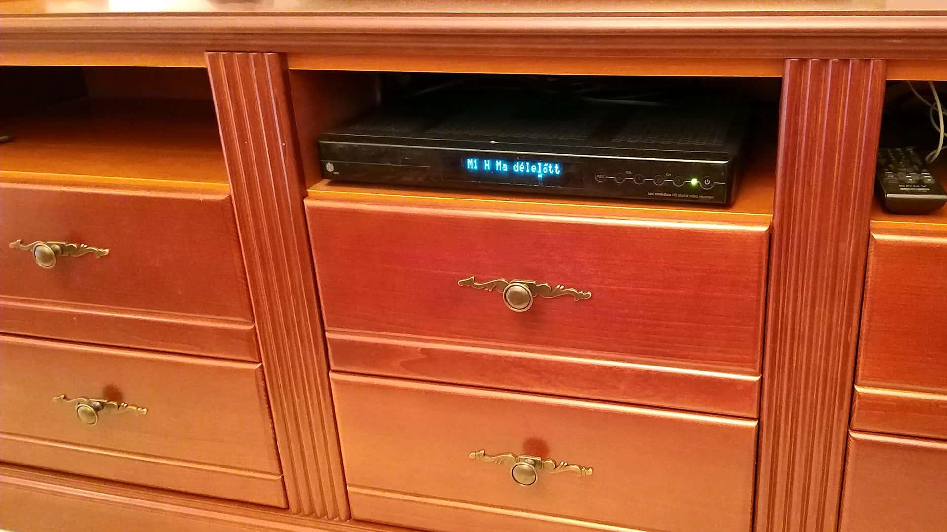 TV szekrény fiókja közeli kép