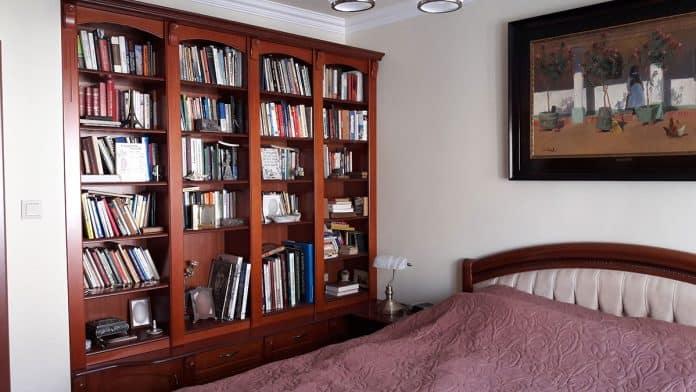 Hálószobai nyitott könyvszekrény a franciaágy mellett