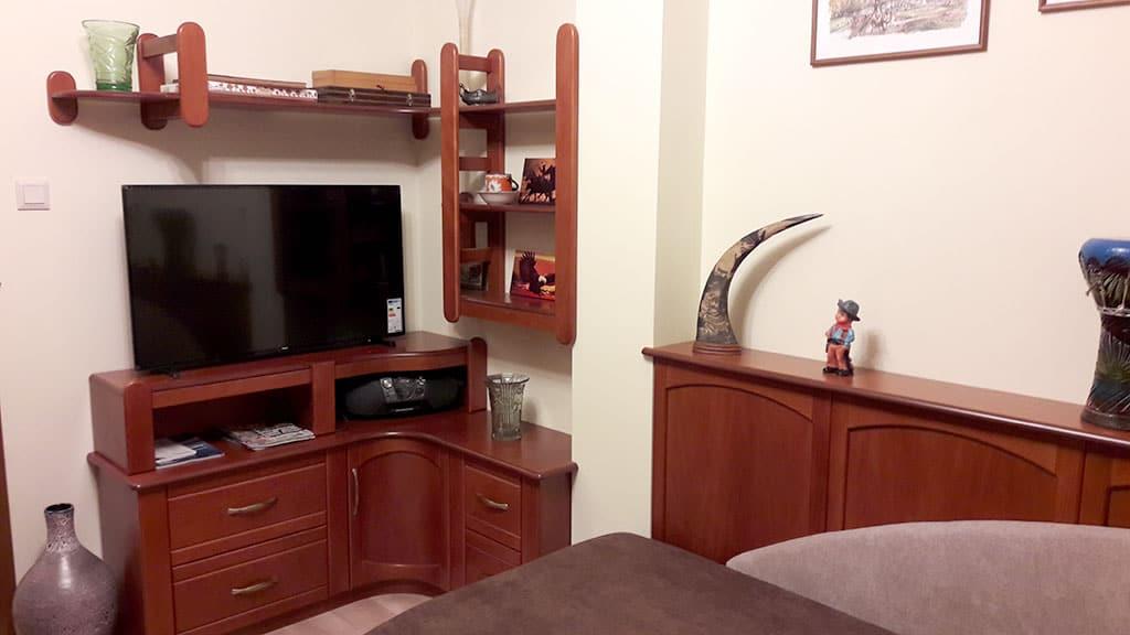 Sarok TV szekrény polcokkal
