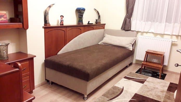 Hálószobai falburkolat végig párhuzamosan az ágy mellett